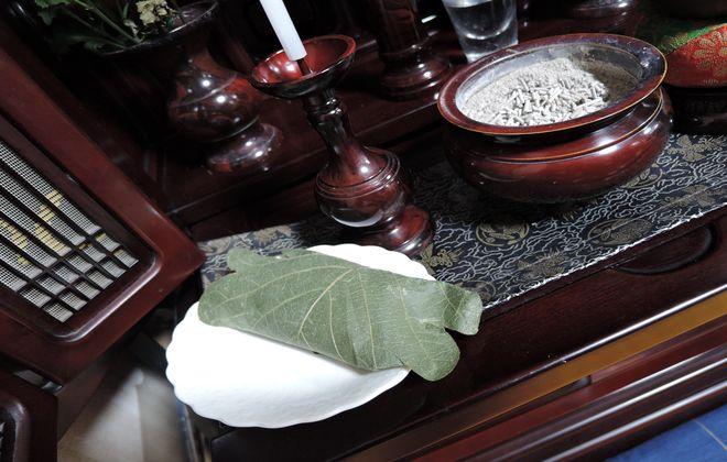 仏壇にお供えしたとんでんの柏餅