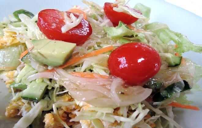 食後血糖値の上昇を抑えてくれる野菜たっぷりのサラダ