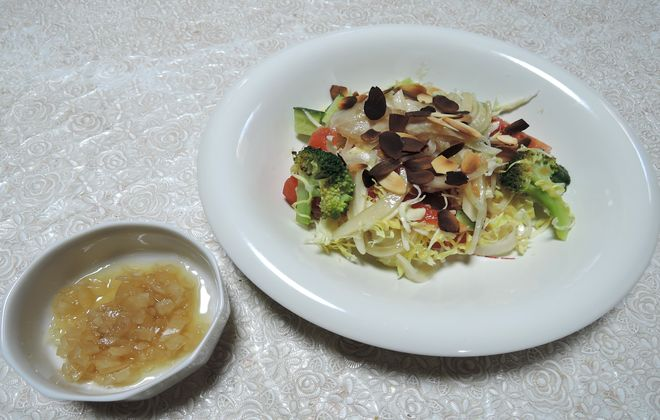 昼食の野菜サラダ