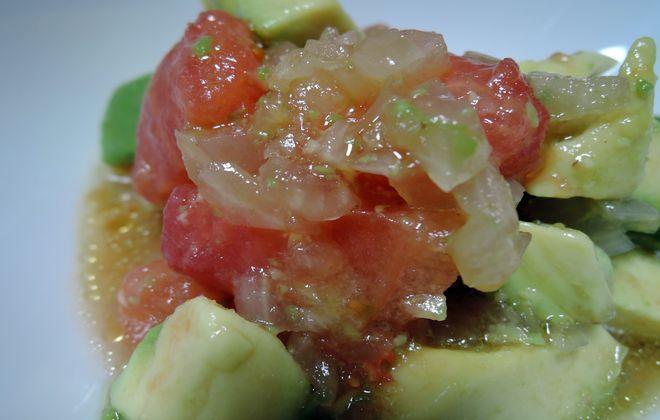 酢タマネギを使ったアボガドとトマトのサラダ