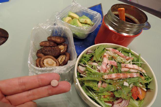 スープカレー・椎茸のバター醤油焼き・アボカド・サラダ