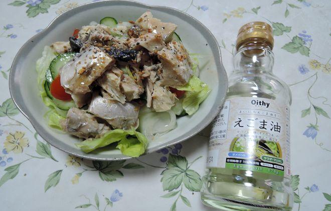 鯖缶サラダにエゴマ油をかけて食べる