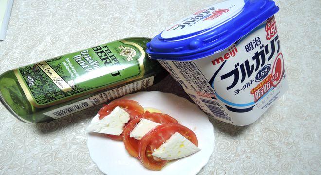 焼きヨーグルトとトマトを使ったカプレーゼ風