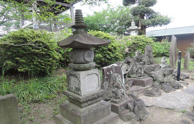 石灯籠と石仏