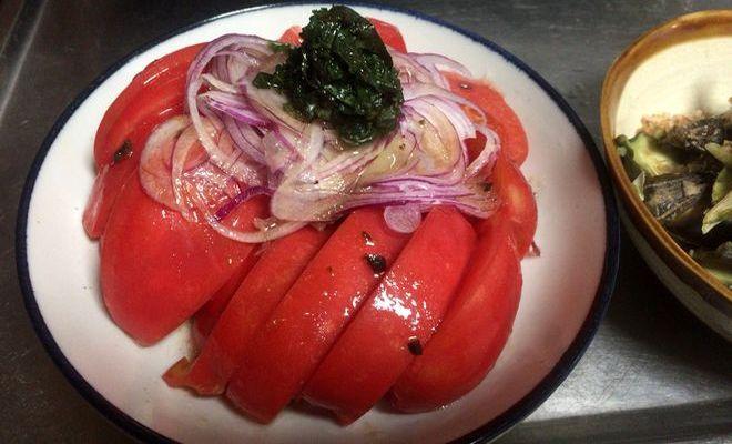 紫タマネギと青じその塩漬けを載せたトマトサラダ