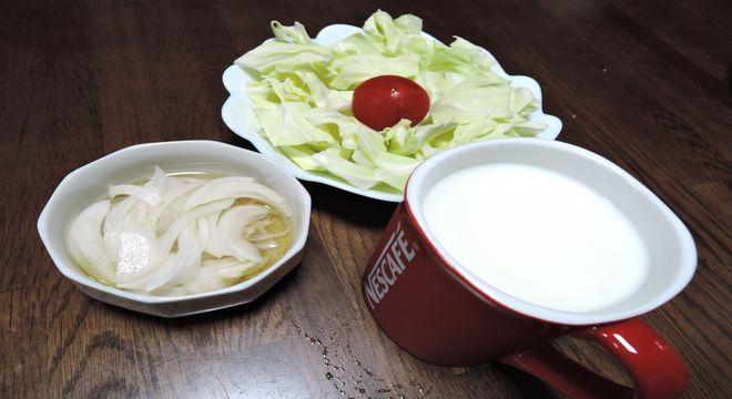 酢タマネギ・ザク切りキャベツ・牛乳