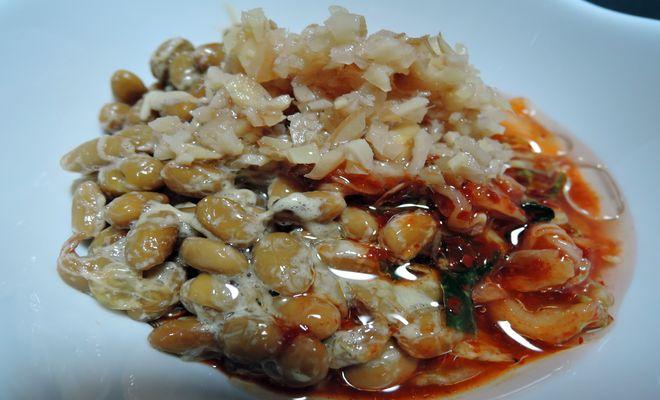酢ショウガ納豆キムチのエゴマ油がけ