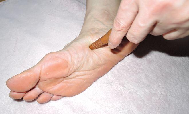 官足棒を使った足裏のツボの押し方
