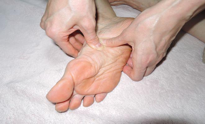 手の指を使った足裏のツボの押し方