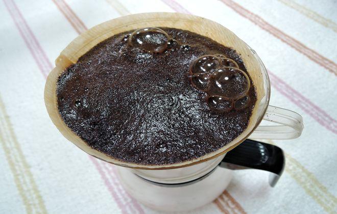 コーヒーの粉を蒸らします。