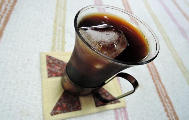 グラスと持ち手が銅のコーヒーカップ