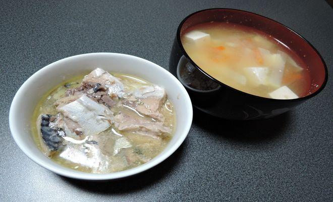 糖質制限食(味噌汁とさば水煮缶)